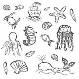 Getrokken geplaatste krabbelpictogrammen van het vissen en de overzeese leven hand Stock Fotografie