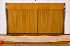 Getrokken gordijnen op het kleine stadium van de schoolassemblage stock afbeelding