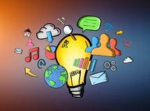 Getrokken hand lightbulb en de pictogrammen van verschillende media Stock Foto's