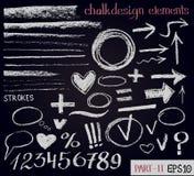 Getrokken het ontwerpelementen van de krijttextuur hand Reeks krijtcijfers, pijlen, slagen, lijnen, kaders aangaande zwarte raad Stock Afbeelding