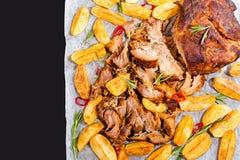 Getrokken langzaam-gekookt heerlijk vlees dat in oven wordt geroosterd stock fotografie