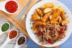 Getrokken langzaam-gekookt heerlijk vlees dat in oven wordt geroosterd stock foto