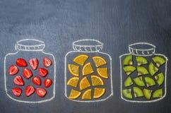 Getrokken met krijtkruiken met fruit en bessen stock afbeeldingen