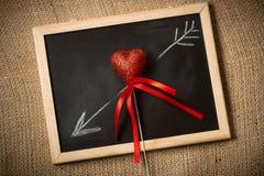 Getrokken op bordpijl die door decoratief hart gaan Royalty-vrije Stock Foto