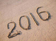 2016 getrokken op zand op een zonnig strand Stock Fotografie
