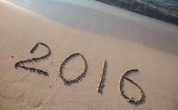 2016 getrokken op zand op een zonnig strand Royalty-vrije Stock Foto