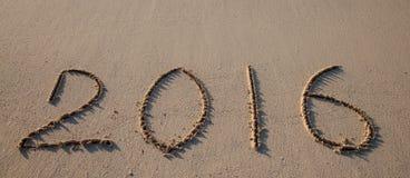 2016 getrokken op zand op een zonnig strand Royalty-vrije Stock Afbeelding
