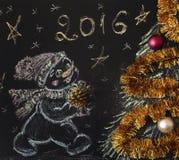 Getrokken sneeuwman met een Kerstboom op een zwarte achtergrond handmade Royalty-vrije Stock Afbeeldingen