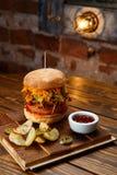 Getrokken varkensvleesbbq hamburger met tomaten en jalapeno geselecteerde nadruk Royalty-vrije Stock Fotografie