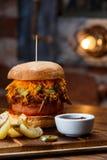 Getrokken varkensvleesbbq hamburger met tomaten en jalapeno geselecteerde nadruk Stock Fotografie