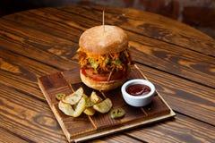 Getrokken varkensvleesbbq hamburger met tomaten en jalapeno geselecteerde nadruk Stock Foto's