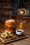 Getrokken varkensvleesbbq hamburger met tomaten en jalapeno geselecteerde nadruk Stock Afbeeldingen