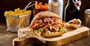 Getrokken varkensvleeshamburger met frieten royalty-vrije stock afbeeldingen