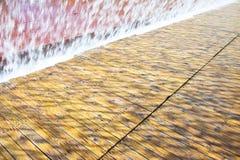 Getti di acqua di una fontana moderna Fotografia Stock