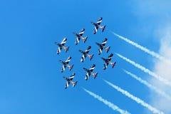 Getti di combattimento nell'aria Fotografia Stock