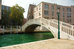 Getti un ponte su altro il canale di Venezia Immagini Stock