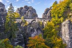 Getti un ponte su Bastei nominato in sassone Svizzera Immagine Stock