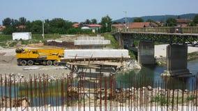 Getti un ponte su in costruzione attraverso il fiume Vrbanja in città di Banja Luka - 4 Immagine Stock