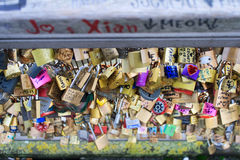 Getti un ponte su in pieno degli armadi eterni di amore a Parigi Immagini Stock