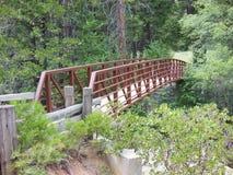 Getti un ponte su sopra l'acqua 2 Immagini Stock