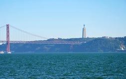 Getti un ponte su Vasco da Gama, Portogallo, statua di Jesus Christ in Almada Fotografia Stock Libera da Diritti