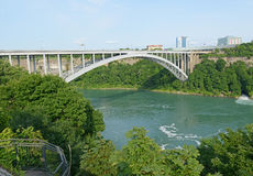 Getti un ponte su vicino al cascate del Niagara, al Canada confinante ed allo Stato di New York Immagini Stock