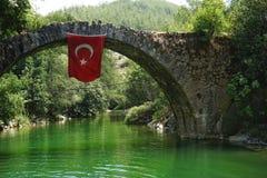 getti un ponte sugli alberi della natura della Turchia del turkeytime di viaggio di acqua di verde di colore rosso dell'insegna d Fotografia Stock Libera da Diritti