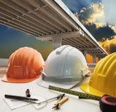 Getti un ponte sul bivio dell'incrocio e sulla tavola warking u dell'ingegnere civile Immagini Stock Libere da Diritti