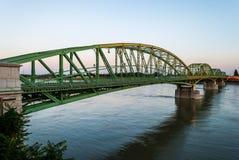 Getti un ponte sul collegamento due paesi, Slovacchia ed Ungheria prima dell'Unione Sovietica Immagini Stock
