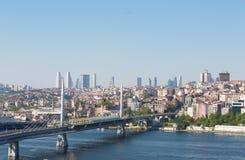 Getti un ponte sul corno dell'oro (ponte della metropolitana) a Costantinopoli Fotografia Stock