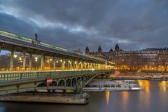 Getti un ponte sul pont de Bir-Hakeim che attraversa la Senna a Parigi Fotografie Stock