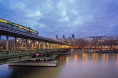 Getti un ponte sul pont de Bir-Hakeim che attraversa la Senna a Parigi Fotografie Stock Libere da Diritti