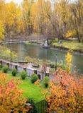 Getti un ponte sull'incrocio per fronteggiare il parco dell'acqua in Leavenworth Fotografia Stock