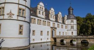 Getti un ponte sulla conduzione al castello di Neuhaus a Paderborn Fotografia Stock