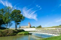 Getti un ponte sulla conduzione nel castello di Kuressaare in Saaremma, Estonia Immagini Stock