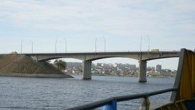 Getti un ponte sulle vele della nave sotto il ponte sul mare andante di traffico di automobile del ponte archivi video