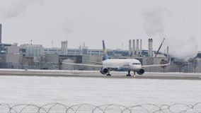 Getto del condor che fa taxi sulla pista dell'aeroporto di Monaco di Baviera, neve archivi video