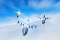 Getto di combattenti militare tre aerei del gruppo all'alta velocità, volante su nel cielo Fotografie Stock