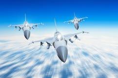 Getto di combattenti militare tre aerei del gruppo all'alta velocità, volante su nel cielo Fotografia Stock Libera da Diritti