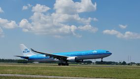 Getto di linee aeree di KLM Royal Dutch che decolla dall'aeroporto di Schiphol, AMS video d archivio