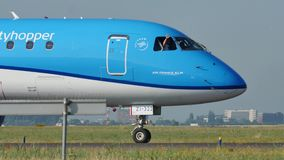 Getto di linee aeree di KLM Royal Dutch che rulla nell'aeroporto di Schiphol, AMS stock footage