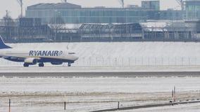 Getto di Ryanair Boeing che rulla sulla neve video d archivio