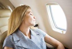 Getto di Sleeping In Private della donna di affari immagini stock