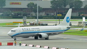 Getto regionale di Xiamen Airlines Boeing 737-800 che rulla all'aeroporto di Changi Fotografia Stock Libera da Diritti