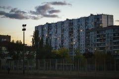 Gettoarkitektur kollapsen av Sovjetunionenet Eko av USSR Landshöghushus i aftonen i det Obolon området arkivbild