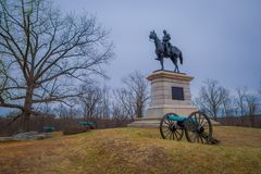 GETTYSBURG, ΗΠΑ - 18 ΑΠΡΙΛΊΟΥ, 2018: Άγαλμα ενός στρατιώτη στην πλάτη αλόγου σε Gettysburg, με κάποιο πυροβόλο στη βάση Στοκ Φωτογραφία