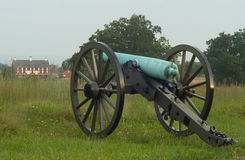 Gettysburg cannon and Barn. Cannon at Gettysburg National Park royalty free stock images