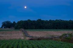 Gettysburg, PA/de V.S. - 26 Juli, 2018: Houten omheining met maan op de achtergrond in blauw uur stock foto's
