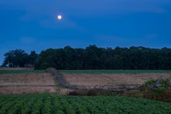 Gettysburg, PA/EUA - 26 de julho de 2018: Cerca de madeira com a lua no fundo na hora azul fotos de stock