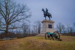 GETTYSBURG USA - APRIL, 18, 2018: Staty av en soldat på hästrygg på Gettysburg, med någon kanon i grunden Royaltyfri Bild